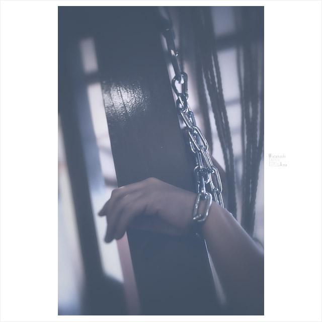 手枷、鎖で吊るされるM女