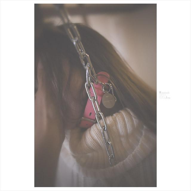 金属手錠と首輪と鎖で拘束されるM女