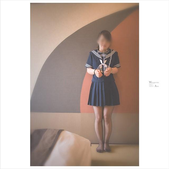 セーラー服で拘束される女