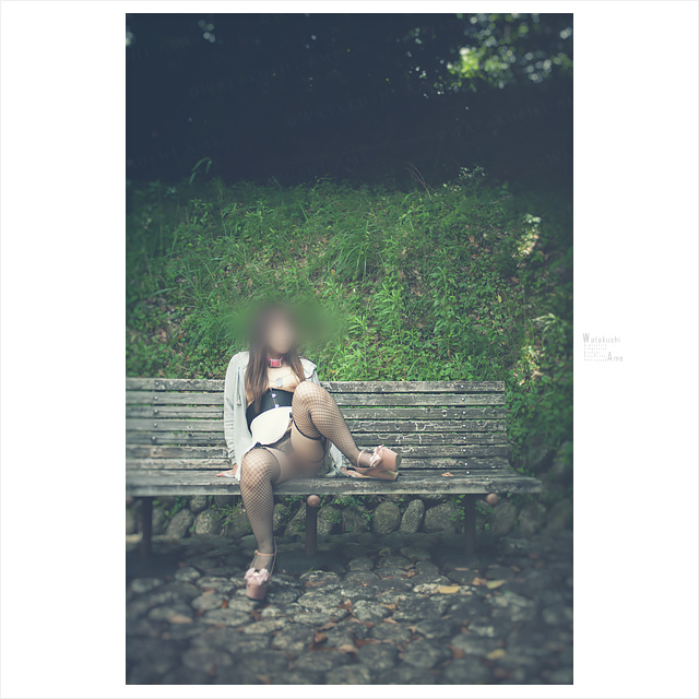 公園ベンチでM字開脚。パイパンM女の露出調教 野外露出・野外調教