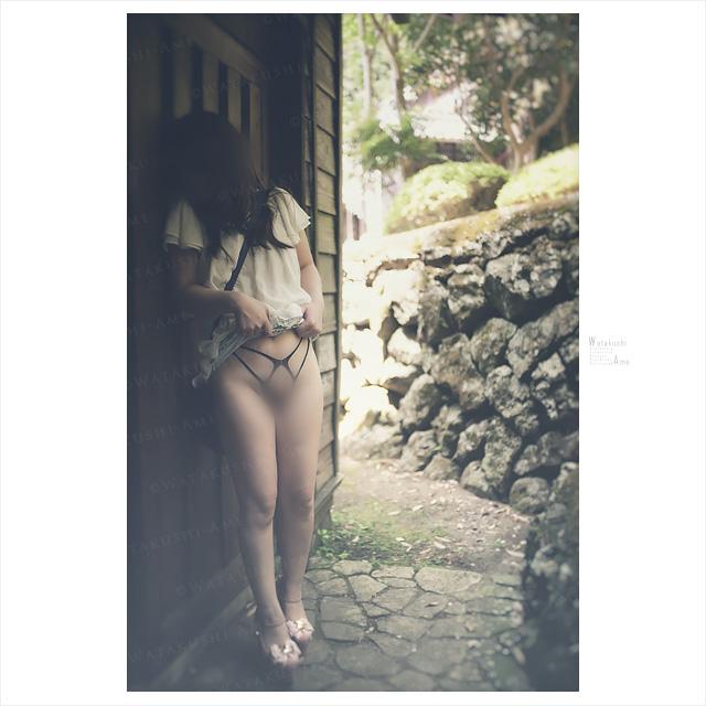 パイパンM女の野外露出。観光地でスカートを上げさせる。 野外露出・野外調教
