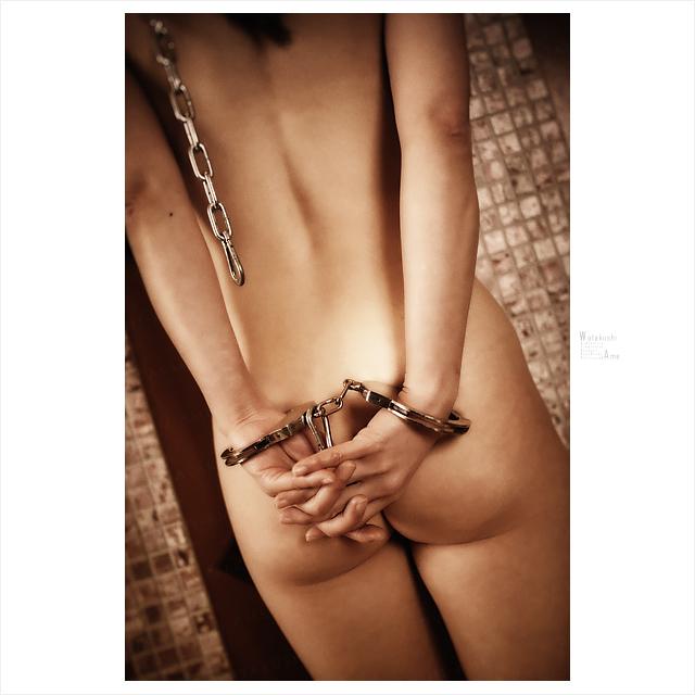 金属手錠と鎖のリード。全頭マスクのSM奴隷。 ボンデージSM・金属拘束