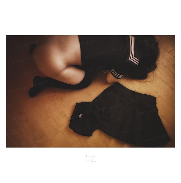 スカートとブルマを脱いで土下座するセーラー服奴隷。 セーラー服・コスプレSM