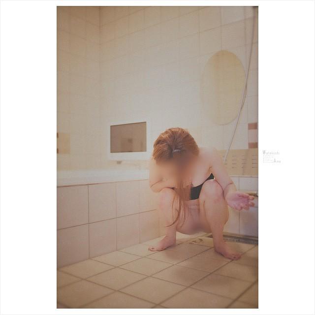 風呂場で排泄を晒させる。漏らすのを我慢できない素人奴隷。 大量浣腸・おむつ排泄