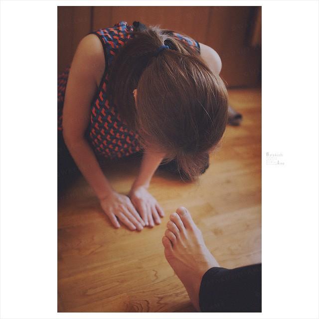 素人M女の舌奉仕。土下座して足指を舐めるM女 奴隷調教・主従調教