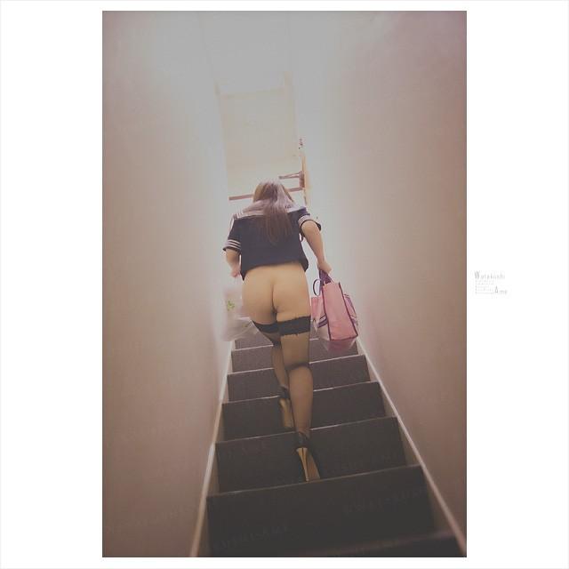 ノーパンで階段を上がるセーラー服M女。露出奴隷はパンツもスカートも不要 コスプレ調教・制服奴隷
