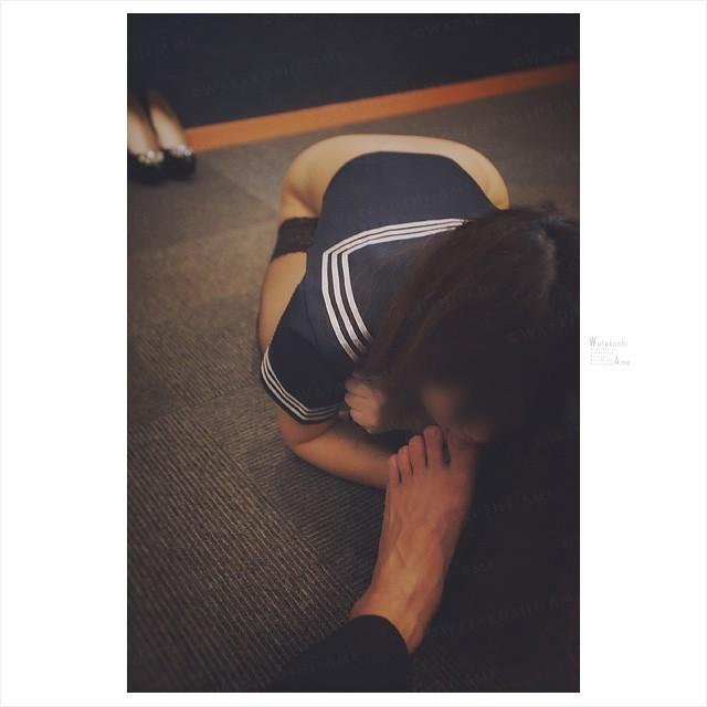 奴隷奉仕するセーラー服M女。足指を舐めさせ主従調教 コスプレ調教・制服奴隷